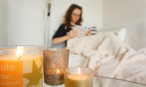 """Bei Hygge dreht sich alles um ein gutes Lebensgefühl. Kerzen und Kuscheldecke machen jedes Heim """"hyggelig"""""""