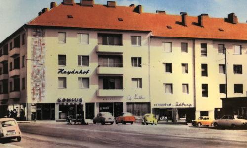 Der Haydnhof in den 50-er Jahren. Der Konsum war bis 1975 in diesem Gebäude. Daneben das traditionelle Kaffeehaus im Haydnhof sowie die Südburg. Foto ©Peter Horvath