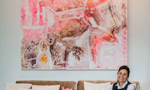 Andrea Ochsenhofer lebt in Pinkafeld. Seit 25 Jahren malt sie und verbindet nun ihre Kunst mit der Produktion von Outdoormöbeln