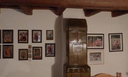 Hinter der unscheinbaren Fassade mit dem grünen Tor des Arkadenhauses in der Mühlgasse in Oberwart offenbart sich eine Welt von anno dazumal. Die Geräte waren bis 1978 in Gebrauch und hängen heute noch an den Wänden. Die Arkaden waren einst Statussymbol betuchter Bürger. Über den Arkadendurchgang kommt man in die Küche mit ihren drei Feuerstellen. Das Loch im Boden diente dazu, dass die Frauen von hier aus den Herd leichter bedienen konnten. Der Schafpelz-Mantel aus dem Jahr 1902 mit der Stickerei ist eine der vielen Besonderheiten im Haus in der Mühlgasse. Das Haus wird vom Ehepaar Posch als Gästehaus verwendet und hier wird mit Freunden auch gerne ein Mulatság gefeiert. (Fotos © Ing. Willi Hodits)