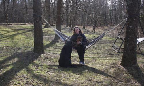 Schlossherrin DI Sarah Keil in ihrem weit angelegten englischen Garten mit seltenen alten Bäumen.Schlossherrin DI Sarah Keil in ihrem weit angelegten englischen Garten mit seltenen alten Bäumen.