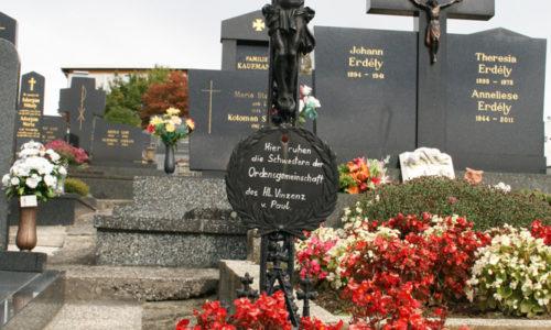 Ein einfaches schwarzes Kreuz erinnert an die Schwestern des Heiligen Vinzenz von Paul, die sieben Jahrzehnte lang im Krankenhaus tätig waren