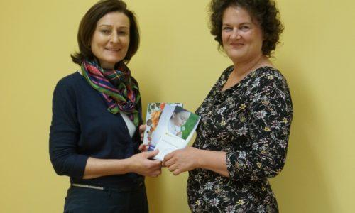 Andrea Konrath (Bgld. Krebshilfe) mit Patientin Pamela Sitter-Trollmann